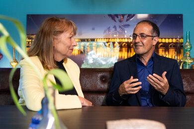 """Petra Köpping (SPD, l), Sachsens Integrationsministerin, spricht mit Masoud Hashemi, Wirt des Restaurants """"Safran"""", in seinem persischen Lokal. Im Oktober 2018 wurde Hashemi Opfer eines mutmaßlich rassistischen Überfalls in seinem Lokal."""
