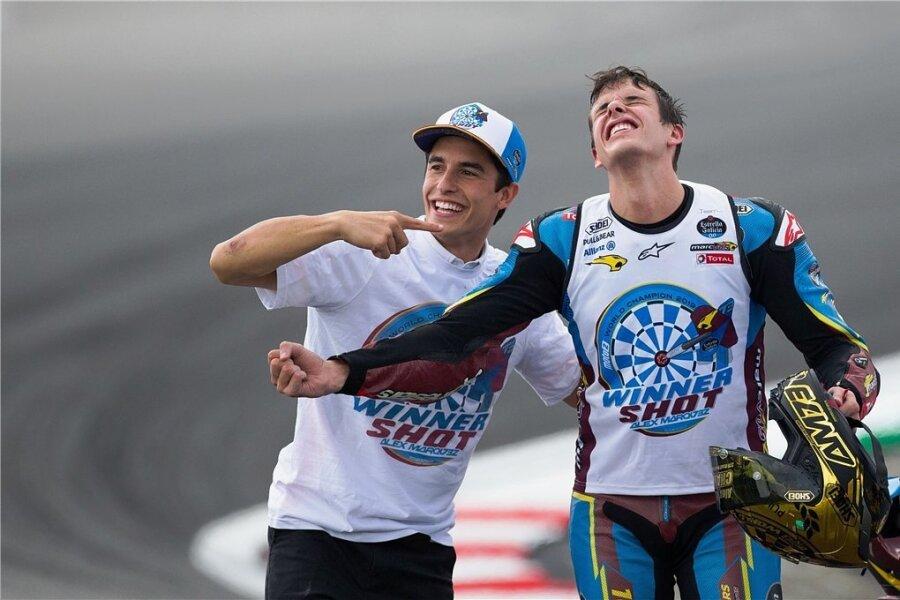 2019 feierten die schnellen Brüder gemeinsam ihre Weltmeistertitel - Marc Marquez (links) in der MotoGP und Alex Marquez in der Moto2. 2020 sind sie Teamkollegen in der Königsklasse.