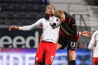 Ringkampf im Fußball: Leipzigs Yussuf Poulsen wird von Martin Hinteregger attackiert. Trotzdem gelang dem RB-Profi ein Traumtor.