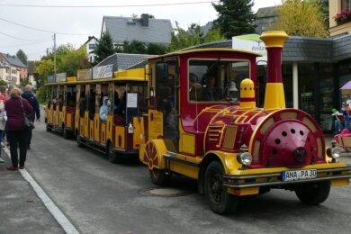 Der Erzgebirgsexpress rollte als eines der ersten Fahrzeuge über die neue Straße.