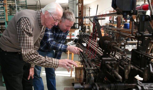 Friedrich Greifenhagen (links) schaut gern mal bei Thomas Schubert vorbei. Dieser hat die letzte Posamenten-Werkstatt in Schlettau.