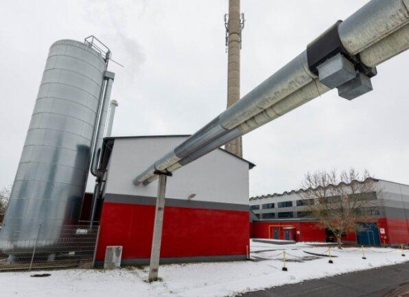 Mit den beiden Kraftwerken am Mönchswinkel versorgt die EVR annähernd 1500 Haushalte mit Fernwärme. Die Leitungen schlängeln sich teilweise oberirdisch durch die Stadt.
