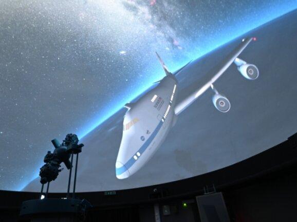 Die Sternwarte Schneeberg bereitet ein neues Programm vor. Dabei wird ein Film über ein fliegendes Infrarot-Observatorium gezeigt.