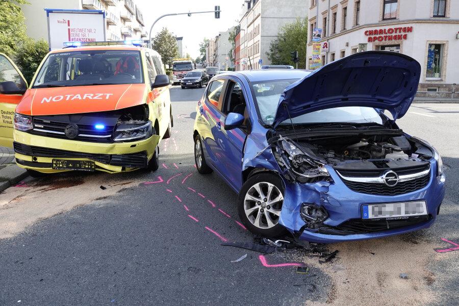 Drei Verletzte nach Unfall mit Notarztwagen