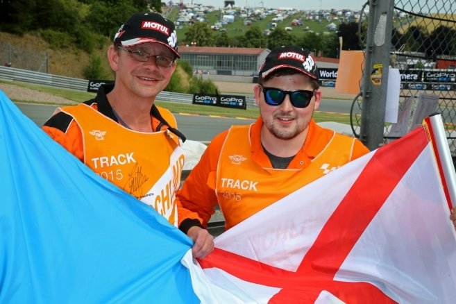 David Heinig (links) und der Schotte Ryan Smith sichern die Strecke rund um die Omega-Kurve ab.
