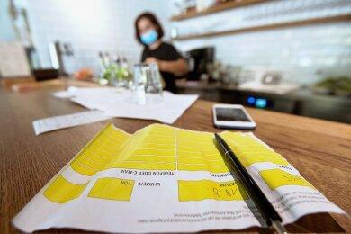 Ob Kontakterfassung per handschriftlicher Liste oder App: Vorgeschrieben ist sie im Vogtlandkreis nicht in allen Bereichen. In der Gastronomie ist sie weiterhin Pflicht, nicht aber im Einzelhandel.