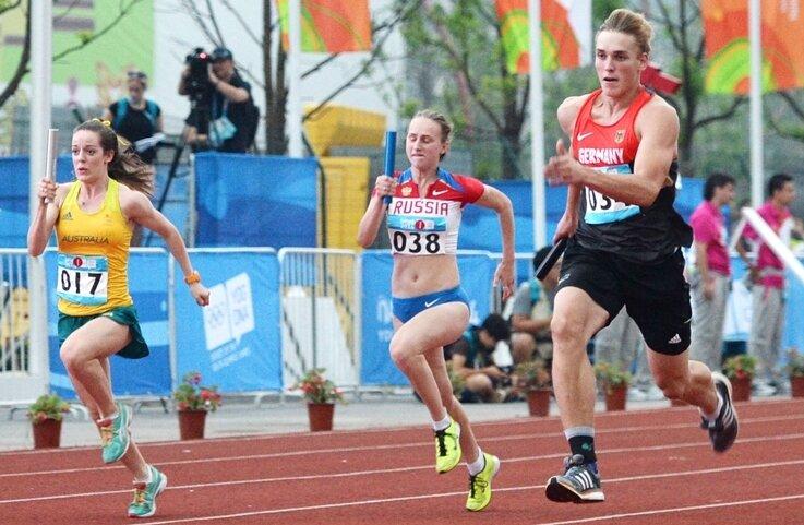Nach Bronze in seiner Spezialdisziplin holte Kugelstoßer Merten Howe (r.) mit der gemischten Staffel Gold über 8x 100 Meter.