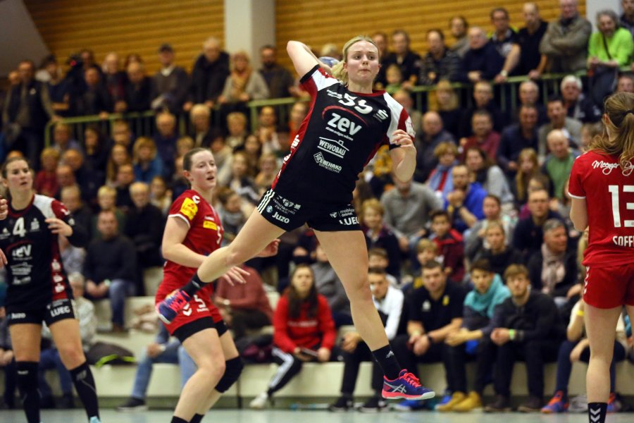 BSV-Sachsen-Spielerin Julia Redder (Mitte) beim Wurf.