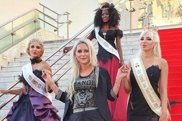 Miss Ohio, Miss Aruba und Mrs. Grand Sea Switzerland präsentierten auf dem Roten Teppich die Kleider von Ina Riedel.