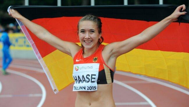 So strahlen Sieger: Rebekka Haase jubelt mit der deutschen Fahne.