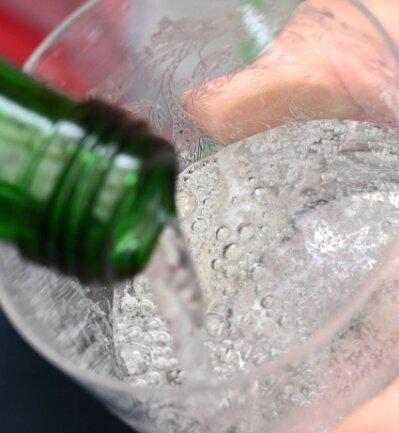Keine Angst vor Säure: Der Sprudel in Getränken heißt nur gefährlich, prickelt aber harmlos.