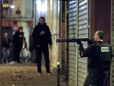 """In Deckung:Ein französischer Polizist nahe dem Restaurant """"Le Petit Cambodge""""."""