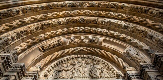 Sie hat den Freiberger Dom berühmt gemacht: die Goldene Pforte. Die reichen Verzierungen mit Blattwerk, Ornamenten, Säulen und Figuren ziehen Kunsthistoriker bis heute an.