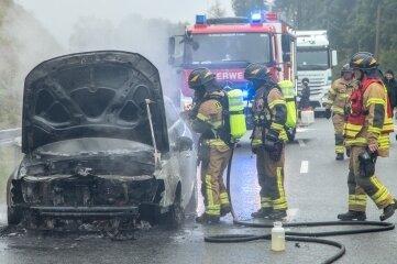 Auto auf S 258 in Flammen