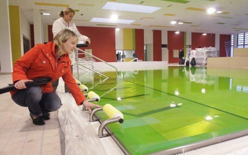 """<p class=""""artikelinhalt"""">Um das Strömungsverhalten bei der Umwälzung zu untersuchen, wurde das Wasser mit einer grünen Testflüssigkeit versehen.</p>"""