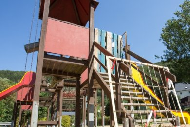 Im Holz der Hauptspielelemente auf dem Niederschmiedeberger Spielplatz ist der Pilz. Daher sind sie zur Zeit gesperrt.