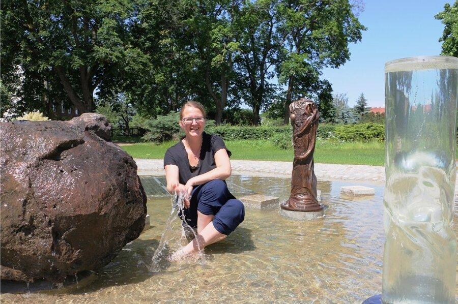 Manuela Schindler zeigt, wie erfrischend der neu gestaltete Brunnen neben der Drachenhöhle sein kann. Die offizielle Einweihung des neugestalteten Höhlenparks ist für Donnerstag kommender Woche geplant.