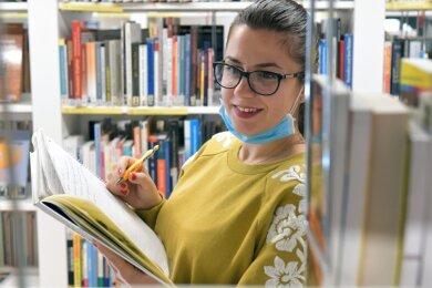 In die Freiberger Bibliothek dürfen Kunden nur mit Korb für maximal 30 Minuten eintreten- so auch Lehrerin Greciana Ikonomi.
