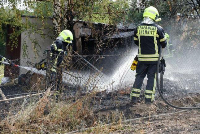 Die Feuerwehr ist am Sonntagvormittag zu einem Brand in die Landwirtschaftsstraße in Chemnitz ausgerückt.