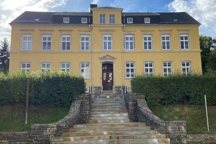 Die ehemalige Schule an der Auerbacher Hauptstraße 98 macht einen ansprechenden Eindruck, ist aber offenbar schwer zu verkaufen.