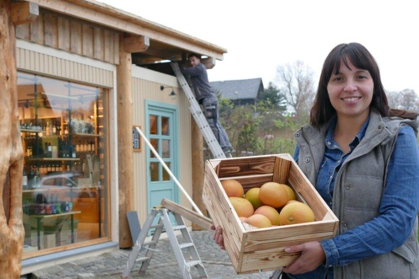 """Mit dem Einräumen ihres neuen Ladens ist Linda Heinze so gut wie fertig. Von außen erhält die """"Frassgusch"""" aber noch den letzten Feinschliff - eine Sache für ihren Lebensgefährten Kenny Lötzsch."""
