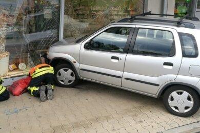 Einer der spektakulärsten Einsätze im Vorjahr: Am 31. August war im Schwalbe-Fachmarktzentrum ein Auto über den Parkplatz gefahren und stoppte erst in der Schaufensterscheibe einer Apotheke.