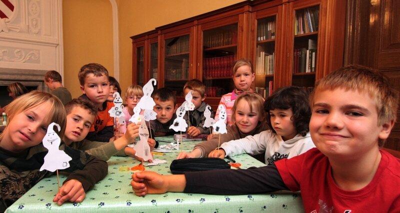 """<p class=""""artikelinhalt"""">Hortkinder der Sachsenallee-Grundschule Glauchau hörten am Mittwoch in der Bibliothek gespannt zu.</p>"""