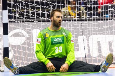 Deutschlands Torwart Andreas Wolff sitzt nach einem Gegentor enttäuscht auf dem Boden.