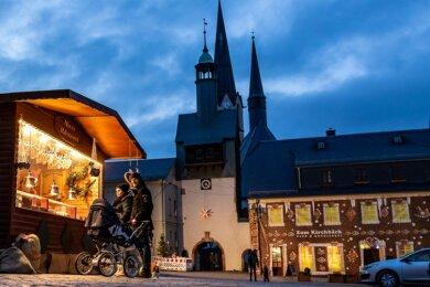 Der Stadtadvent fällt wegen Corona dieses Jahr in Burgstädt aus. Weihnachtliches Flair gibt es trotzdem auf dem Markt vor der Stadtkirche mit Seigerturm.