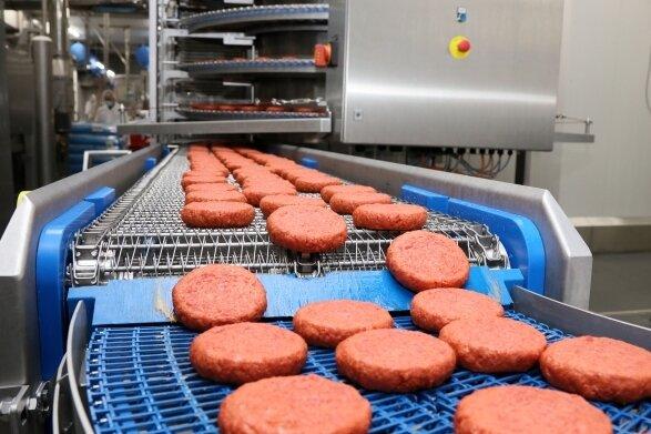 Neben veganen Burgern verlassen auch fleischfreie Wurstprodukte sowie Fischstäbchen auf Basis von Sojaprotein die Werkhalle.