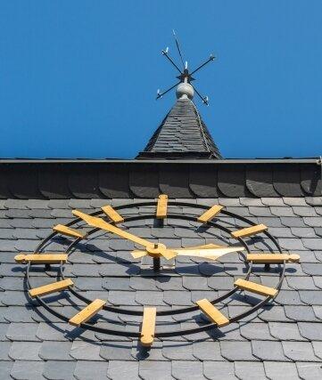 Weithin sichtbar: die Turmuhr der Auerbacher Oberschule.