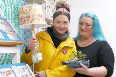Denise Quarch (links) und Carola Thill-Morgner haben ihre Artikel bereits im Pop-Up-Store an der Zschopauer Würkert-Straße aufgebaut.