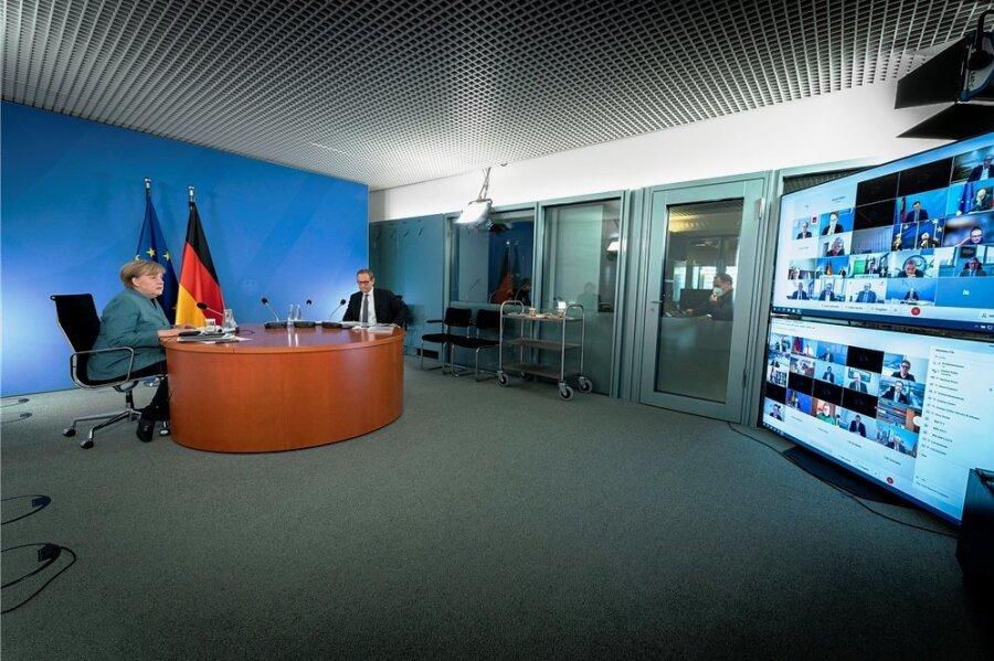 Kanzlerin Angela Merkel (l./CDU) und Michael Müller (SPD), Regierender Bürgermeister von Berlin, leiten den Impfgipfel im Bundeskanzleramt, der in Coronazeiten als Videokonferenz stattfindet.
