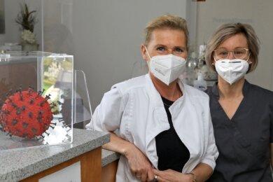 Dr. Margret Schwager (links) mit ihrer Kollegin Sandra Schröder erfahren relativ kurzfristig wie viele Dosen geliefert werden.