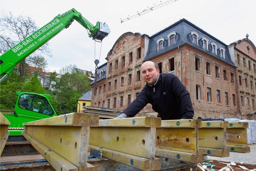 Die Umbauarbeiten im und am Weisbachschen Haus hat die Firma BHS Bau Reichenbach übernommen. Im Bild: Aimo Schwabe. Für das Projekt fließen 350.000 Euro von der Deutschen Stiftung Denkmalschutz.
