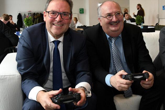 Der Präsident des Sächsischen Fußball-Verbands, Hermann Winkler (li.), hat gestern mit dem Rektor der Hochschule Mittweida, Professor Ludwig Hilmer (r.), eine Kooperation vereinbart.