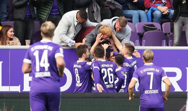 Philipp Riese (17) trifft zum 1:0 und jubelt mit den verletzten Kollegen Malcolm Cacutalua (Aue), Steve Breitkreuz (12) und Fabian Kalig (4).