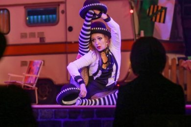 Passend zum Hutfestival jonglierte die französische Artistin Vanessa Lee zum Höhepunkt des Festes in der Stadthalle mit mehreren Hüten.