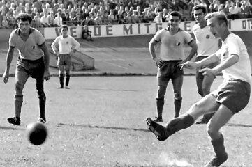 Als sicherer Strafstoßschütze bekannt: Georg Dimanski, der hier in einem Traditionsspiel zwischen Motor Zwickau und dem SC Leipzig vom Elfmeterpunkt aus verwandelt.
