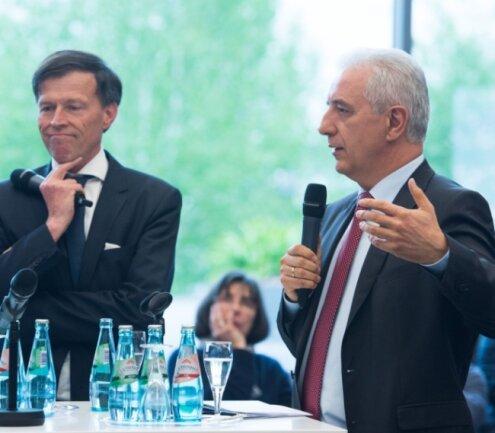 Landtagspräsident Matthias Rößler (links) und Ministerpräsident Stanislaw Tillich diskutierten am Dienstag auf einer CDU-Regionalkonferenz in Dresden mit Bürgern über Patriotismus und Integration.
