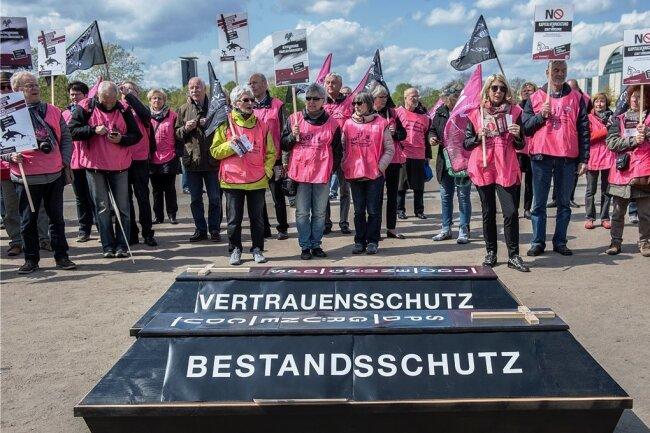 """""""Bestandsschutz"""" und """"Vertrauensschutz"""" steht auf den Särgen, die Teilnehmer bei einer Demonstration im Jahr 2017 vor dem Berliner Reichstag aufgestellt hatten."""