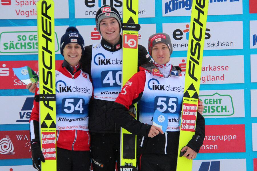 Robin Pederson (Mitte) gewann den zweiten Wettbewerb in der Sparkasse Vogtland Arena vor Clemens Aigner (links) und Stefan Huber.