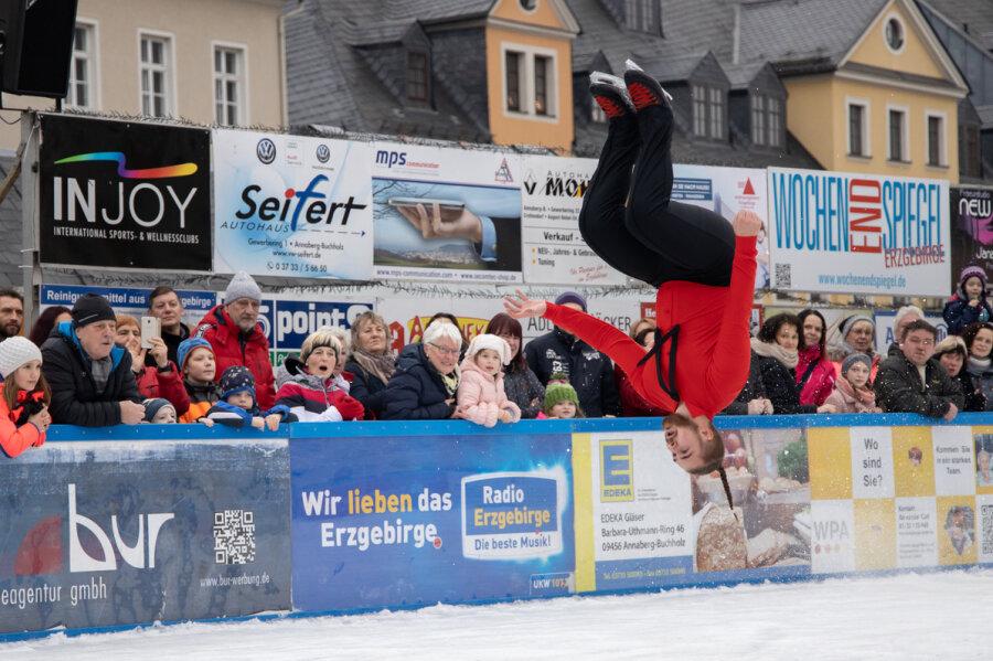 Akrobatik auf der Annaberger Eisarena