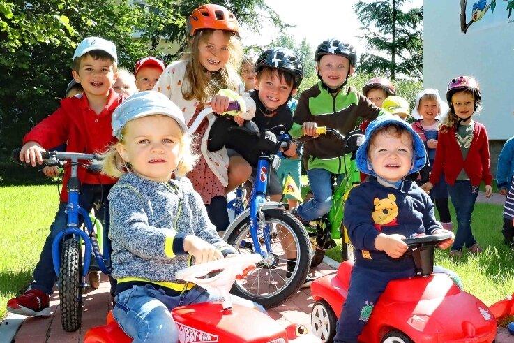 """Die Mädchen und Jungen aus dem Trünziger Kindergarten """"Kleine Spatzen"""" haben sofort die schicke neue Rollerbahn erobert."""