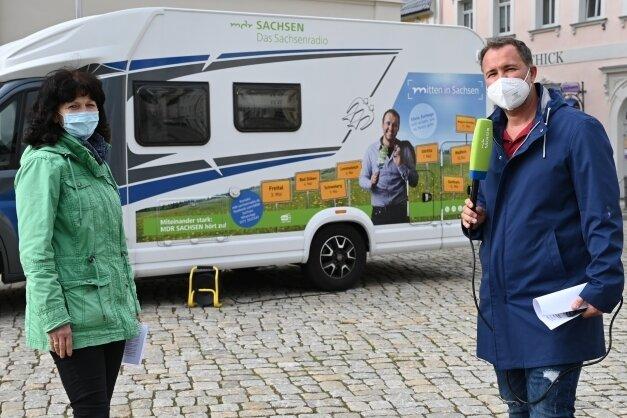 Silvio Zschage interviewt Heidi Schmidt, die für Tourismus und Wirtschaftsförderung in der Stadt Schneeberg zuständig ist.