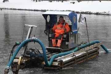 Mitarbeiter der Firma Oehme säubern den Teich ohne das Wasser abzulassen.