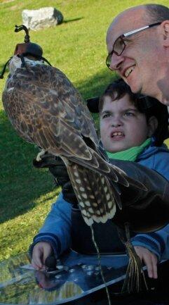 Ein großer Moment für Luis Rogler. Zusammen mit seinem Vater Jörg kommt der Junge aus Bad Elster einem der Greifvögel aus der Plauener Falknerei ganz nah.