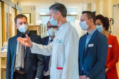 Ministerpräsident Michael Kretschmer (l.) hat sich vom Ärztlichen Direktor Jan Wallenborn und Helios-Geschäftsführer Jan Jakobitz (2. v. r.) über die Corona-Situation in der Auer Klinik informieren lassen.