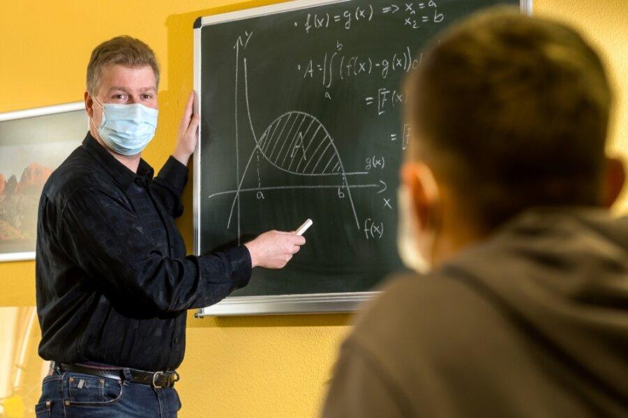 Wie war das noch gleich mit der Integralrechnung? Der Pädagoge Denis Kindt vermittelt einem Schüler in einem seiner Unterrichtsräume Mathematikstoff für Zwölftklässler.