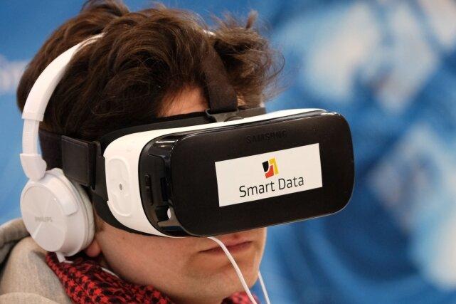 """Mit einer 3-D-Brille beobachtet ein Messebesucher die virtuelle Umgebung. Mit dem Technologieprogramm """"Smart Data"""" können Massendaten wie Geschäftsabläufe und Entscheidungsprozesse schneller umgesetzt werden. In der Softwarebranche arbeiten in Sachsen 21.000 Menschen."""